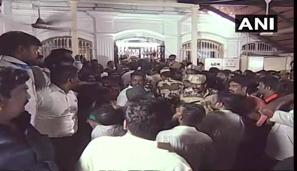 Updates: Madras high court defers till 8am today hearing on Karunanidhi's burial plea at Marina beach | india news  f7b82fa2 9a67 11e8 86f4 8f26f26dd985