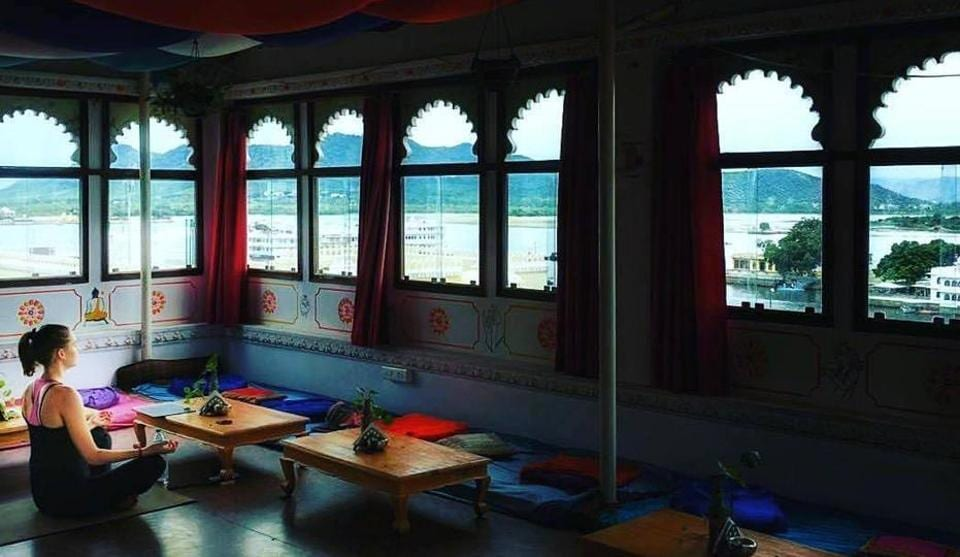 Bunkyard, Udaipur: This hostel is the best place to witness the sights and sounds of Udaipur. The hostel is designed with arches, and boasts of ornate lamps as well as creepers that encircle the staircase. There are dormitories on musical themes, a restaurant and an open terrace to view the city. (facebook)