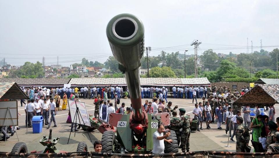 Students look keenly at the Bofors gun which was used by the Indian Army during the Kargil War.  (NITIN KANOTRA/HT )