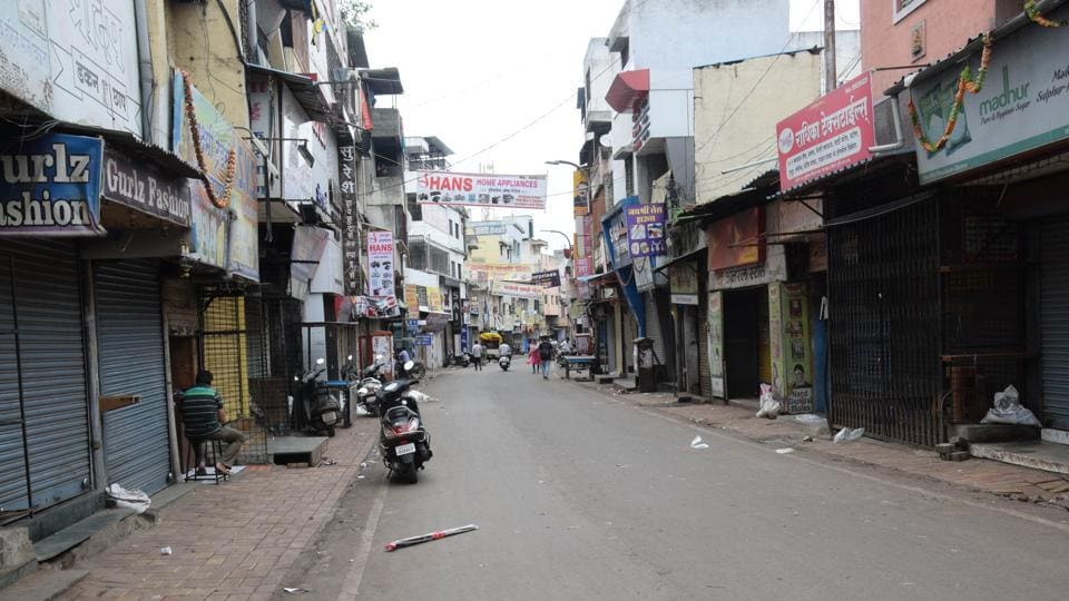 Pimpri market on Thursday. The statewide bandh called by Maratha outfits evoked a strong response in Pune with commercial establishments staying shut and busy roads wearing a completely deserted look. (HT Photo)