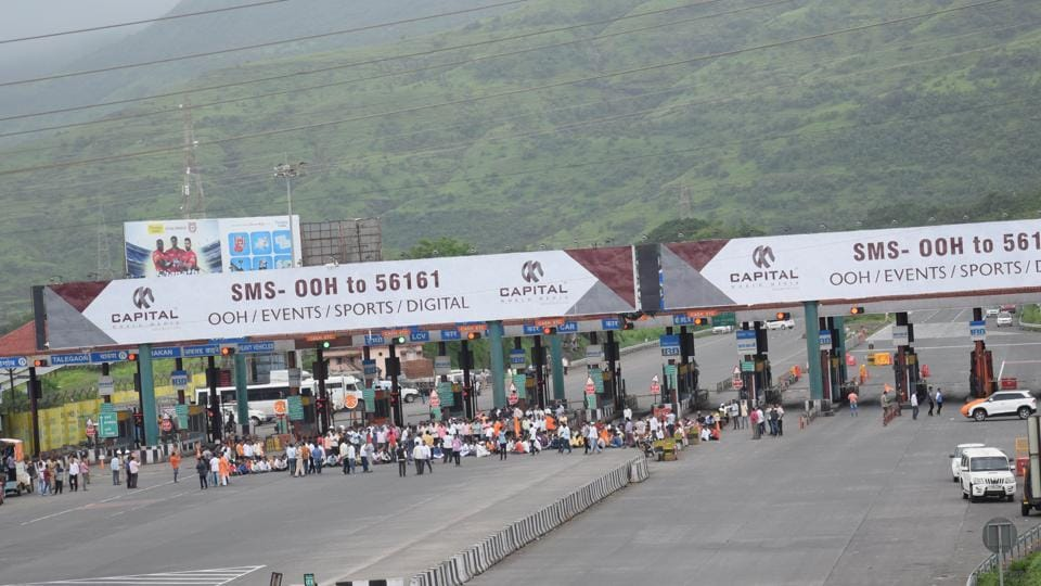 Protestors also stormed the Urse toll naka on the Mumbai-Pune expressway, rendering the highway useless for most of Thursday. (HT Photo)