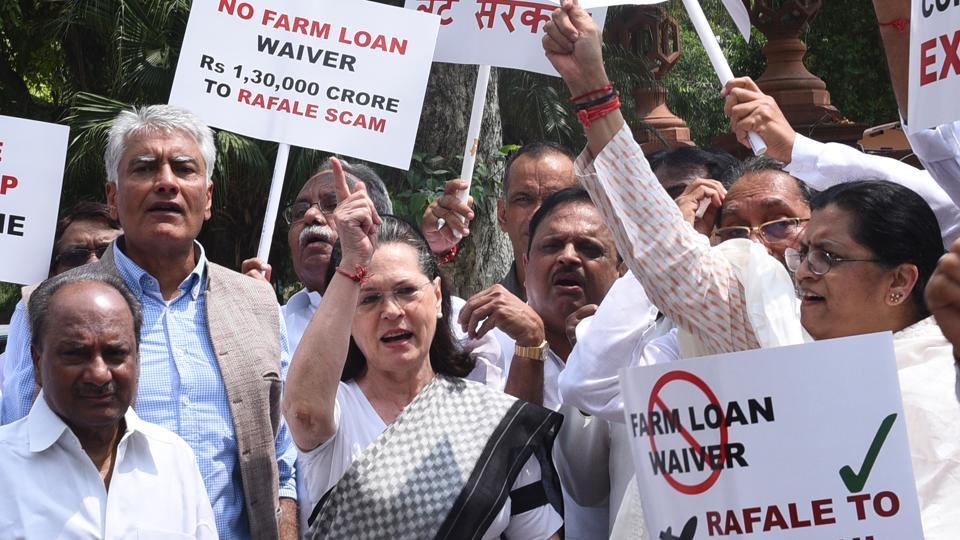 On the last day of the Monsoon Session, opposition MPs launched a protest against the BJP-led NDA government on Friday demanding answers from it over the alleged scam in Rafale fighter jet deal with France. UPA chairperson and former Congress president Sonia Gandhi led a protest over the issue in front of Mahatma Gandhi's statue in Parliament complex. (Vipin Kumar / HT Photo)