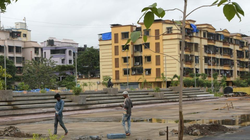 IT professional falls off Mumbai building,IT professional,Mumbai