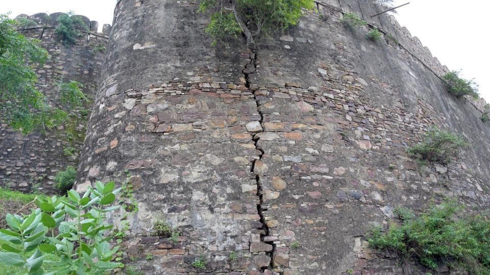 The cracks in the wall of Gagron Fort of Jhalawar.