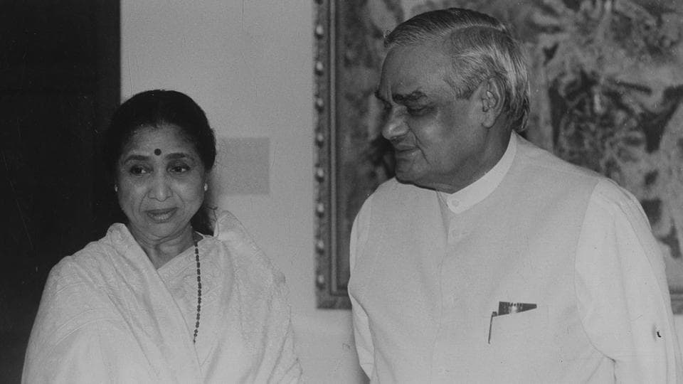 Singer Asha Bhosle meets with Atal Bihari Vajpayee at his residence.  (HT Archive)