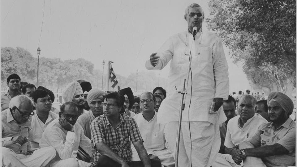 Vajpayee addresses a rally organised by non-Congress parties in New Delhi on September 1, 1988. (HT Archive)