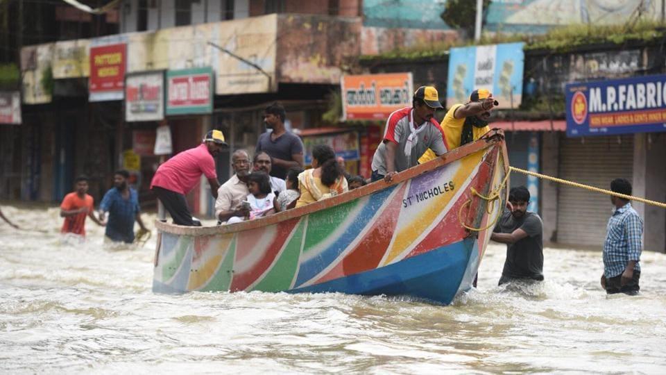 Local volunteers and fishermen rescue people at Pandalam in Pathanamthitta district of Kerala. (Raj K raj/HT Photo)