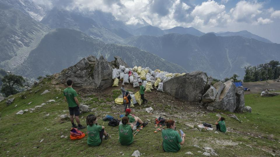 In May 2018, following a National Green Tribunal order, the forest department stopped camping and eating on the Kheerganga trail, near Manali. Uttarakhand has enforced a plastic ban in the Valley of Flowers with violation inviting a penalty of Rs 10,000. Trekking companies such as Indiahikes have their own Green Trails programme, which ensures that trekkers do their bit to keep the mountains clean. (Burhaan Kinu / HT Photo)