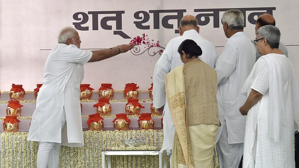 Prime Minister Narendra Modi pays pay floral tribute to ashes of Late Prime Minister Atal Bihari Vajpayee while External Affair Minister Sushma Swaraj, Home Minister Rajnath Singh, BJP President Amit Shah and Vajpayee's daughter Namita Bhattacharya looks on during distribution of Vajpayee's ashes to party presidents from across the country at BJP office, Ashoka road, in New Delhi. (Ajay Aggarwal / HT Photo)