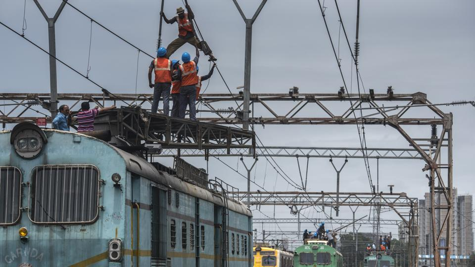 Rpeairwork seen underway during a Mega Block between Andheri to Borivali stations on August 19, 2018 in Mumbai, Maharashtra. (Satish Bate / HT Photo)