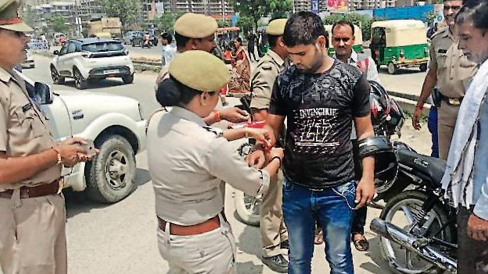 Cops,Rakhi,Traffic