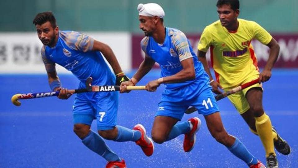 India's Manpreet Singh (left) and Mandeep Singh (center) vie for the ball with Sri Lanka's Mud I.K.J. Doranegala.