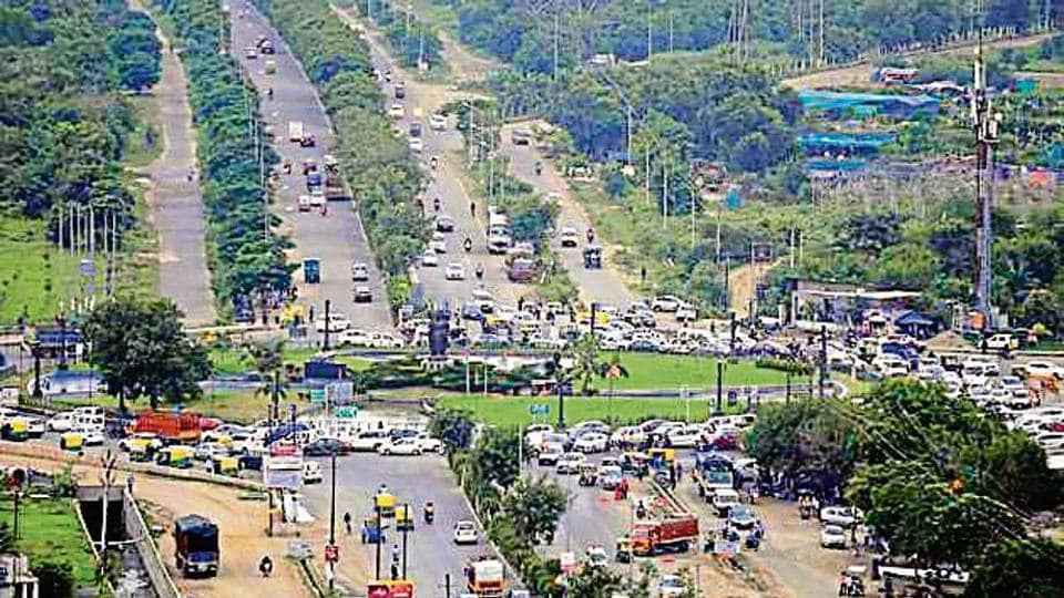 A view of the congestion at Kisan Chowk.