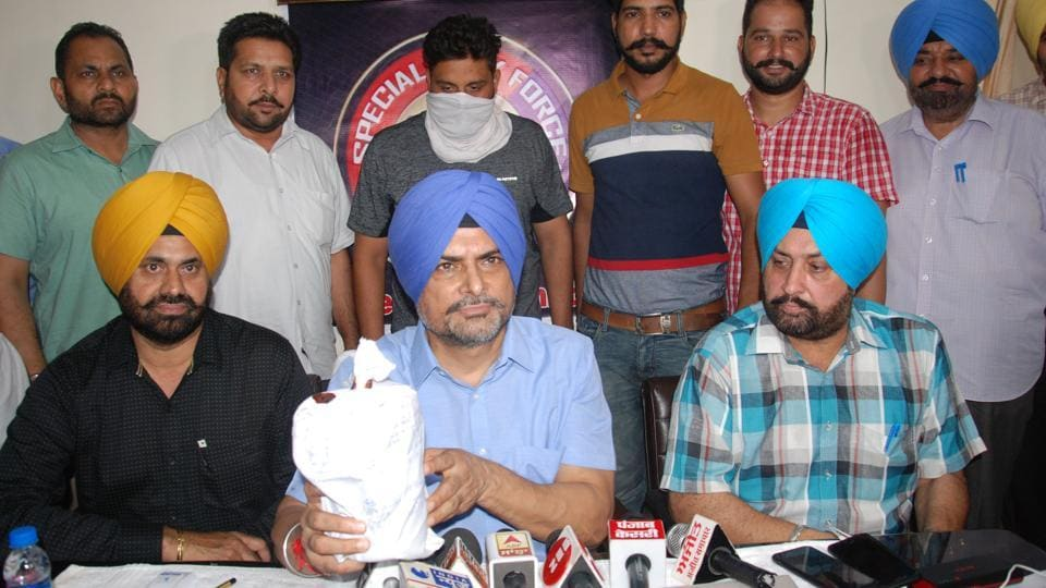 Special Task Force AIG Rashpal Singh (2nd from right) and along with other officials with the arrest of a Moga-based man with 1kg heroin during a press conference in Amritsar on Wednesday.
