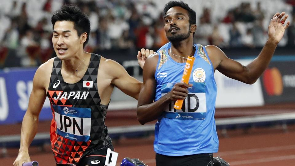 Shota Iizuka of Japan in action with Arokiarajiv of India during the men's 4x400 relay. (REUTERS)
