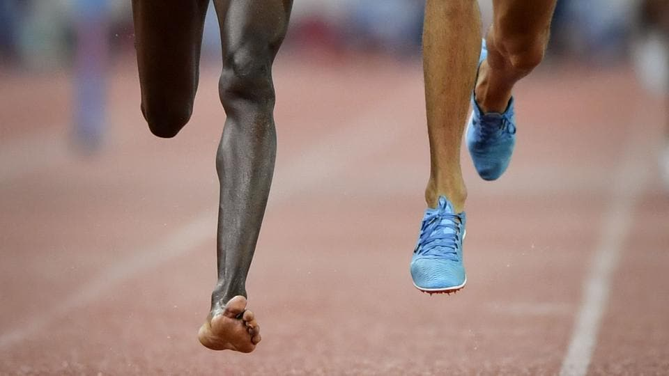 Kenya's Conseslus Kipruto (L), who lost his shoe during the race, wins the men's 3000 meters steeplechase, ahead of second placed Morocco's Soufiane El Bakkali (R), during the IAAF Diamond League athletics meeting Weltklasse in Zurich, Switzerland. (Fabrice Coffrini / AFP)