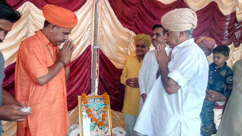 Manvendra Singh (grey turban), is an influential BJP rebel  MLA from Sheo assembly constituency in Barmer.