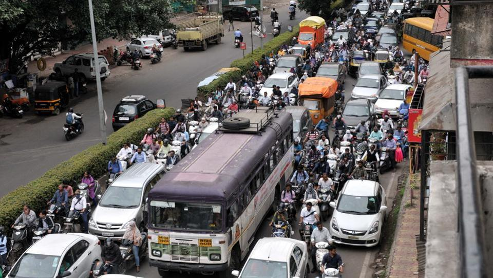 Metro work on Karve road has reduced the space for vehicular traffic leading to bottlenecks. Those using the lane leading to Nal Stop near Mhatre bridge have been facing traffic jams from 9 am to 12 noon for the past few days. (HT PHOTO)