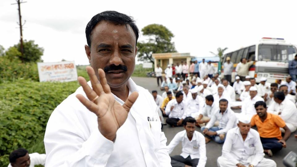 No take­-off for greenfield international airport. Devidas Sambhaji Kamte protest against Purandar airport at Kumbharwadan in Pune on Monday. The current airport has reached its saturation point handling 8.16 million passengers in 2017-2018. The project is caught up in land disputes as villagers say they won't vacate the land needed; 2021 deadline looks unlikely (RAHUL RAUT/HT PHOTO)