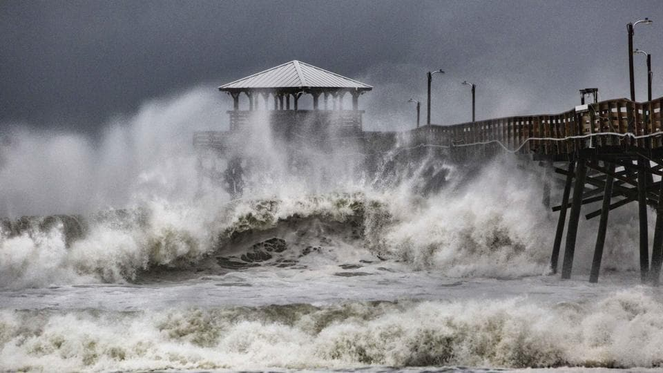 Hurricane Florence pounds Carolinas ahead of landfall