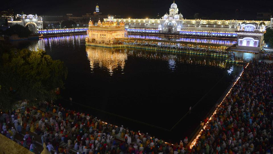 Sikh devotees pay respects on the occasion of the 414th anniversary of the installation of the Guru Granth Sahib at the Golden Temple in Amritsar, Punjab on September 10, 2018. (Narinder Nanu / AFP)