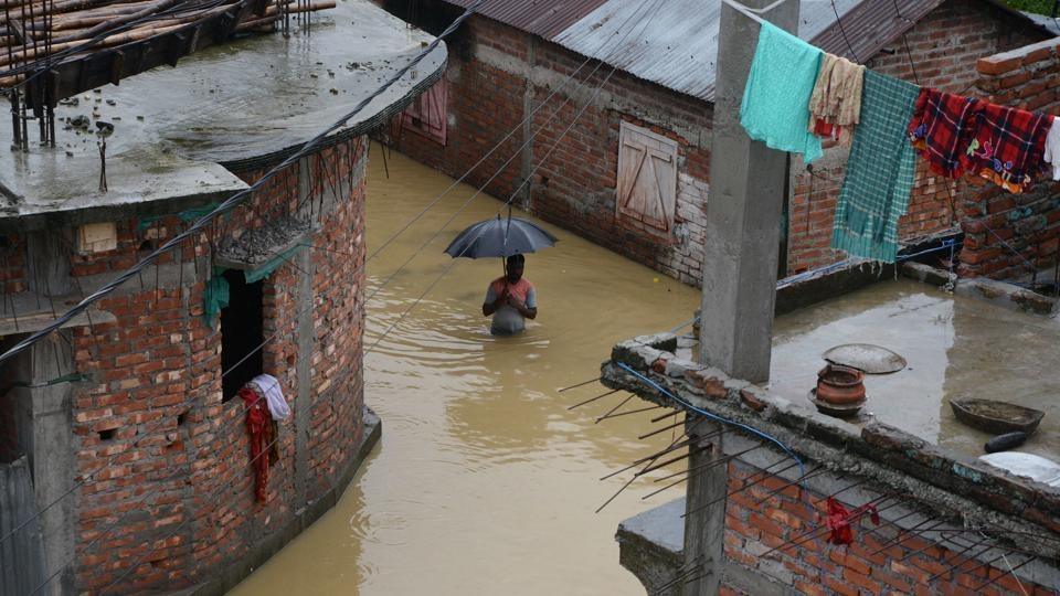 A man makes his way through floodwaters from the overflowing Panchanai River in Siliguri, West Bengal on September 10, 2018. (Diptendu Dutta / AFP)