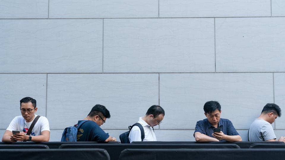 iPhone XS buyers undeterred by eye-watering prices, few