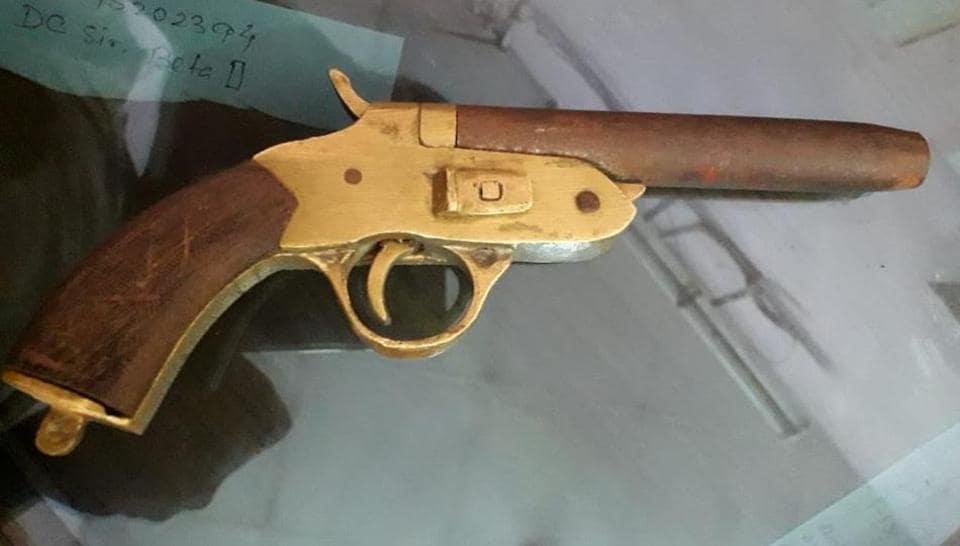 pistol,metro,CISF