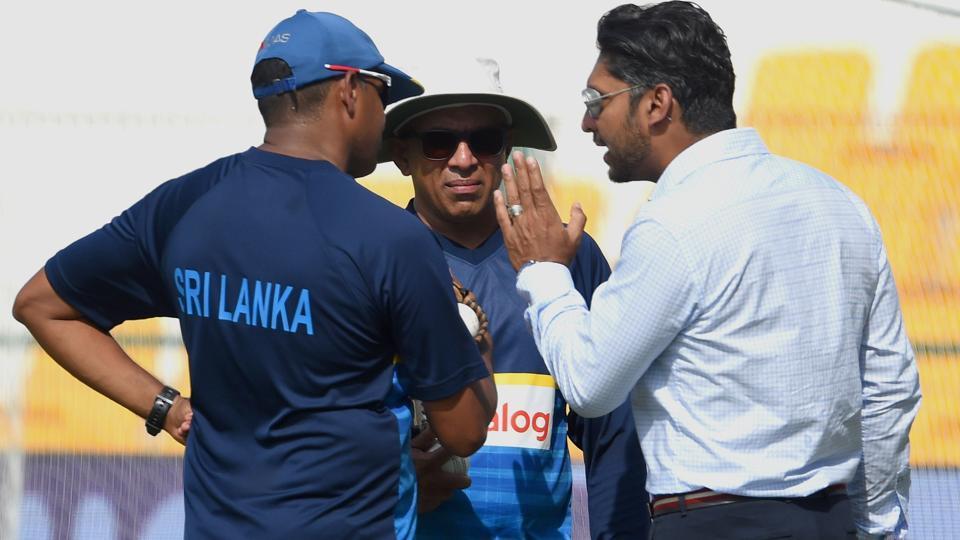 Former Sri Lankan cricket captain Kumar Sangakkara (R) talks with Sri Lankan coach Chandika Hathurusingha (C) and batting coach Thilan Samaraweera