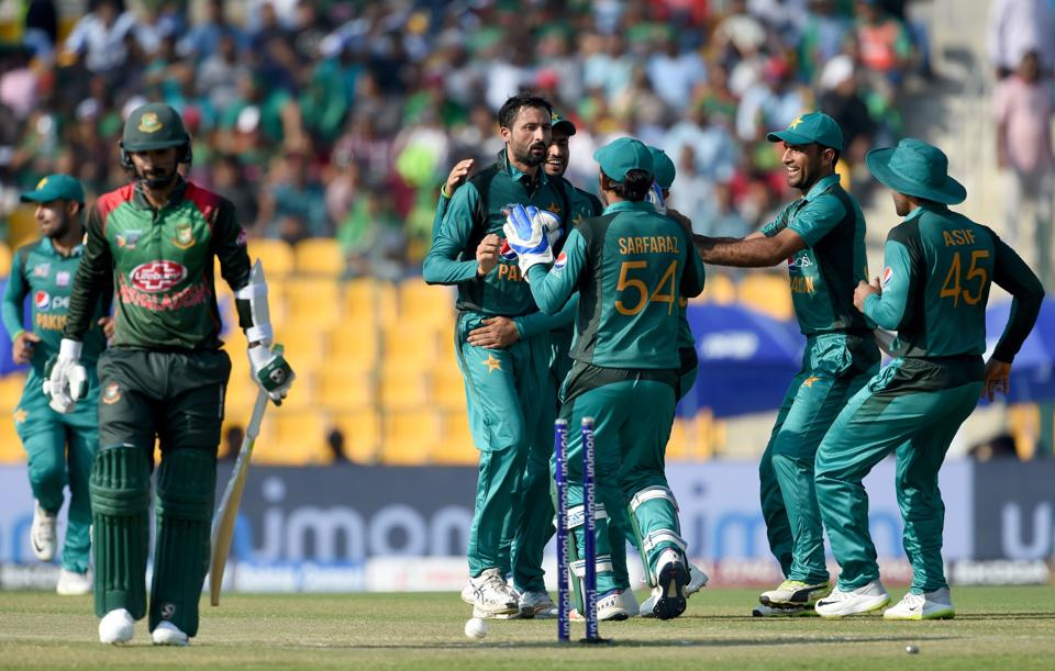 Pakistan cricketer Junaid Khan (C) celebrates with teammates after he dismissed Bangladesh batsman Liton Das. (AFP)