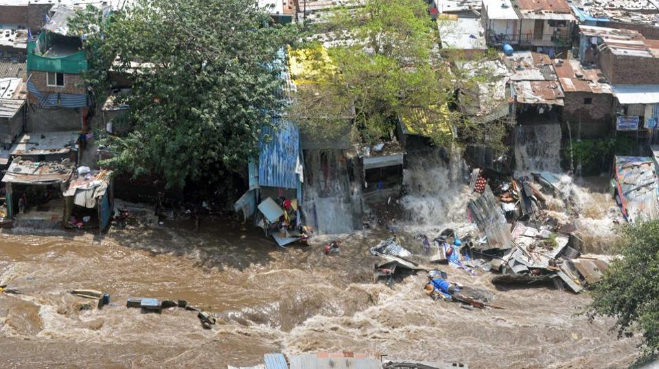 Nearly 350 low-income and slum tenements of Janata Vasahat were inundated with water on Thursday morning after the Mutha right bank canal wall suffered a breach at around 10.30 am causing minor floods in the Dandekar bridge area. (HTPHOTO)
