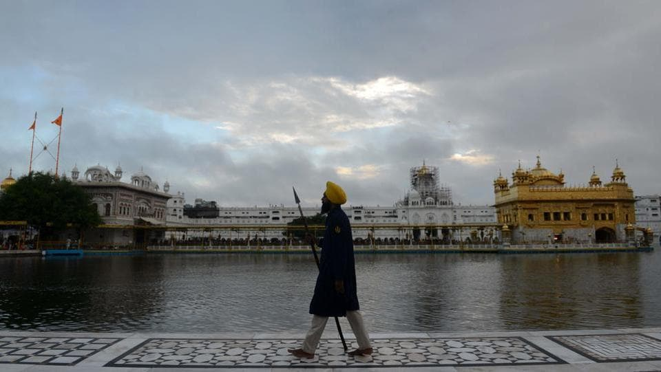 A Sikh sewadar walks near the Golden Temple in Amritsar, Punjab. (Narinder Nanu / AFP)