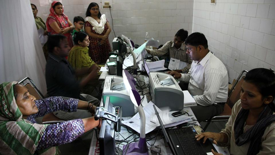 Telecom companies have been given 15 days to submit a plan to stop using the 12-digit Aadhaar number for customer authentication. The Supreme Court, last week, struck down Section 57 of the Aadhaar Act, which allowed private companies to use the 12-digit biometric ID-based eKYC. Following this, private companies like telecom operators will not be able to use this instantaneous and inexpensive eKYC route. (HT Archive)