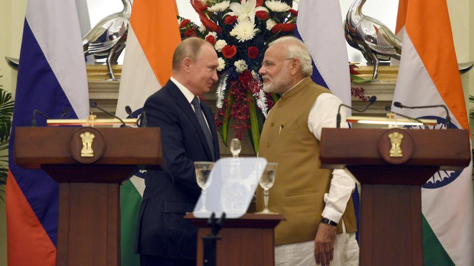 Russian President Vladimir Putin (L) and Prime Minister Narendra Modi (R) shake hands after delivering a joint statement following their talks at Hyderabad House in New Delhi. In a huge boost to its defence forces on Friday, India signed a $5 billion deal for the Russian S-400 Triumf missile shield systems in a key pact, officials said. (Sonu Mehta / HT Photo)