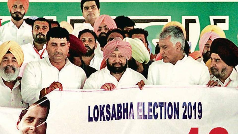 Punjab CM Captain Amarinder Singh and PPCC chief Sunil Jakhar release 'Mission 13' poster at Killianwali in Lambi assembly segment on Sunday. The poster marks the launch of the party's Lok Sabha campaign in the state.