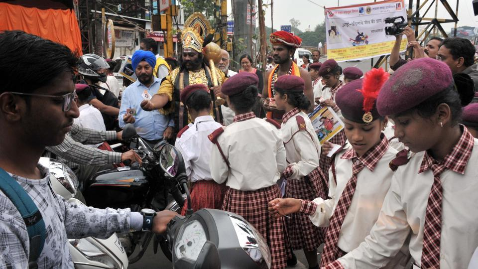 Students from various schools participate in traffic awareness drive organised by Lions club at Tilak chowk in Pune,on October 4. (HT PHOTO)