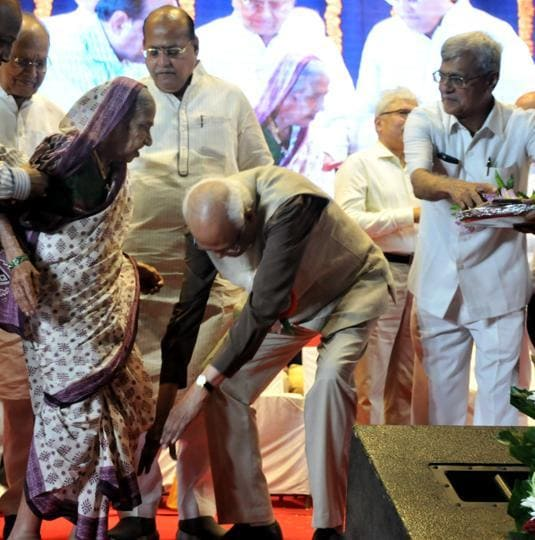 Eminent scientist Raghunath Mashelkar, touching the feet of an elderly woman, aged above 100 years during the senior citizens felicitation programme organised by Janseva Foundation at Sri Ganesh Kala, krida rangmanch in Pune, India,October 8. (HT PHOTO)