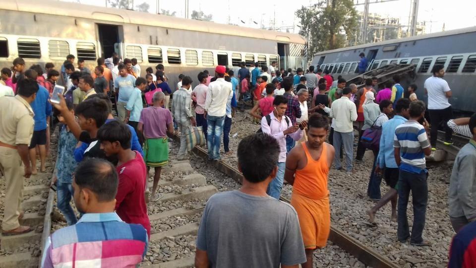 Delhi train derails,Train derailment,Farakka Express