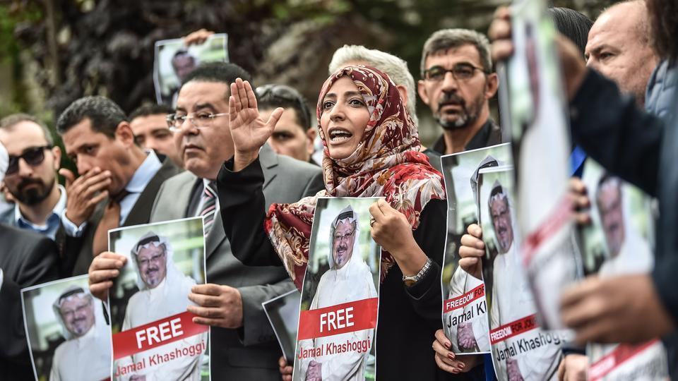 Nobel Peace Prize laureate Yemeni Tawakkol Karman (R), flanked by Egytian opposition politician Ayman Nour (L), holds pictures of missing journalist Jamal Khashoggi during a demonstration in front of the Saudi Arabian consulate in Istanbul. (Ozan Kose / AFP)