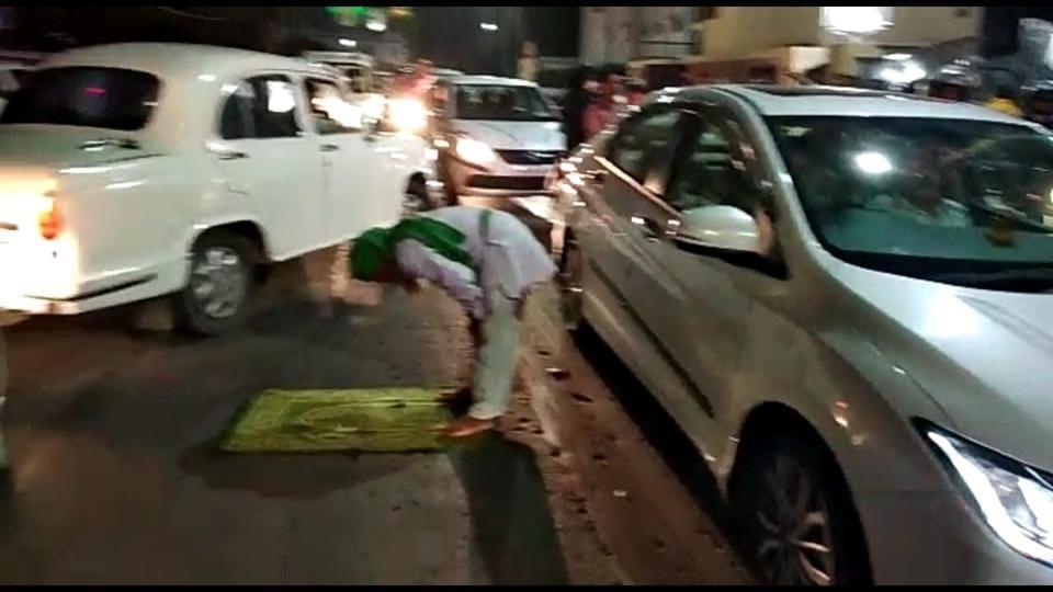 namaz,namaz on road,Yogi Adityanath