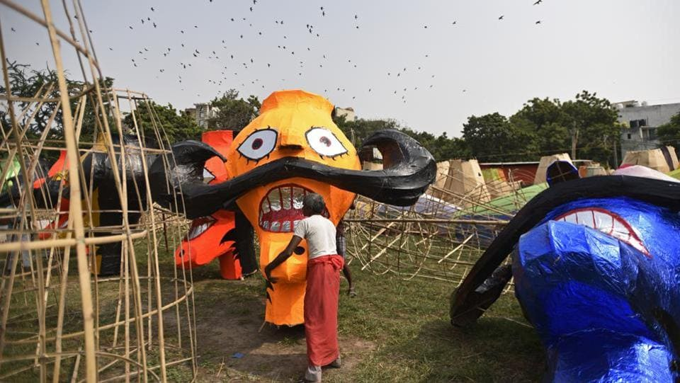 Artisans prepare effigies of Ravana, Meghnad and Kumbhakaran for Vijaya Dashmi or Dussehra festival at Chatriwala Park in Subhash Nagar, New Delhi. (Biplov Bhuyan / HT Photo)