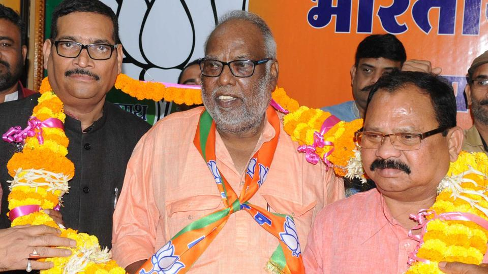 Suraj Mandal (centre) being welcomed by the Jharkhand BJP president Laxman Gilua (right) and other party workers at state BJP office in Ranchi on Sunday, October 14, 2018.(Diwakar Prasad/ HT Photo )