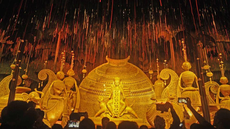 At the 72th Durga Puja of Tridhara Sammilani, the theme is Prakriti Ratane Sajhabo Jotone (decorate nature with care) where concept and idol artist Gourango Kuila has used environment friendly earthen pots and jute as prime materials in South Kolkata. (Samir Jana / HT Photo)