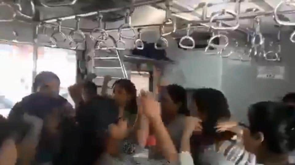garba,garba on train,navratri
