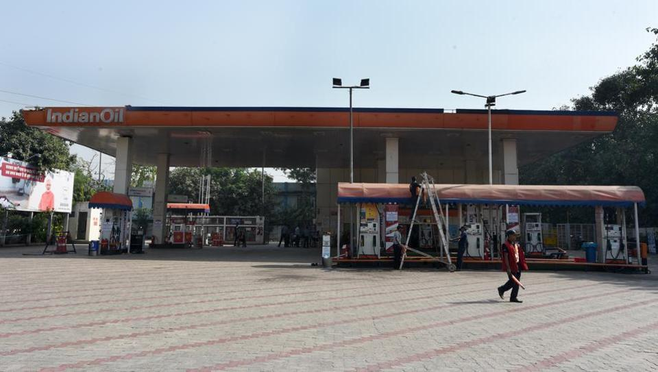 A closed petrol pump station at Ring road at IP Estate in New Delhi. Around 400 fuel stations in the national capital began a 24-hour shutdown to press the Delhi government to slash value-added tax (VAT) on the key transport fuels to cut their losses. (Sonu Mehta / HT Photo)