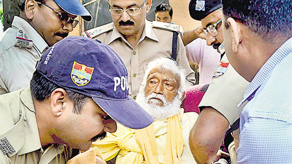 In this photo dated Oct 10, environmentalist G D Agarwal, who was on fast unto death since June 22, is being forcibly taken to the hospital. He died the next day.