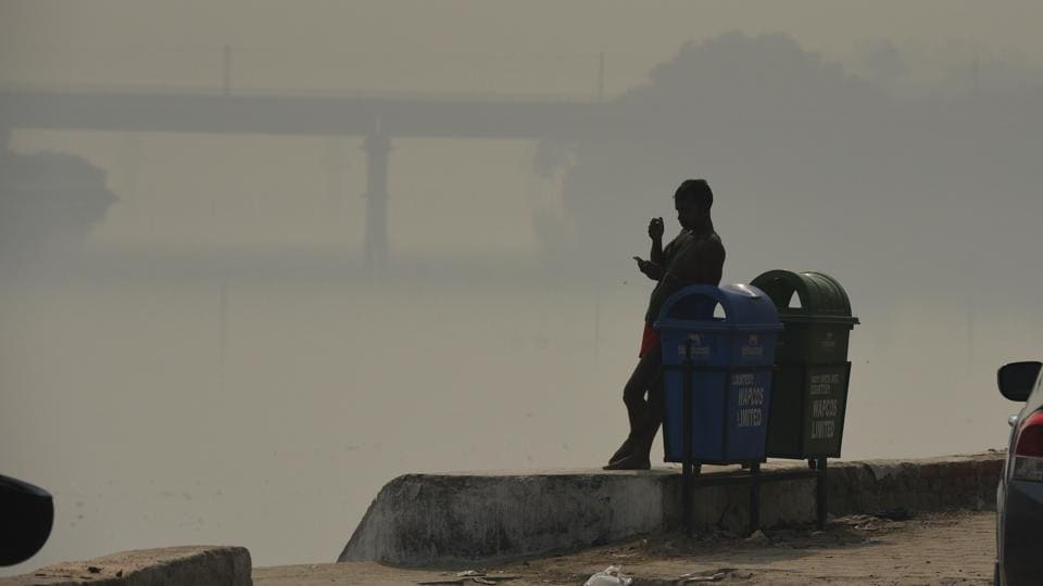 Heavy Smog seen near Yamuna River Belt Area in New Delhi on  October 24, 2018. Diesel generators have been banned in Delhi till March 2019 and the Badarpur thermal power has also been shut down as a preventive measure. (Raj K Raj / HT Photo)