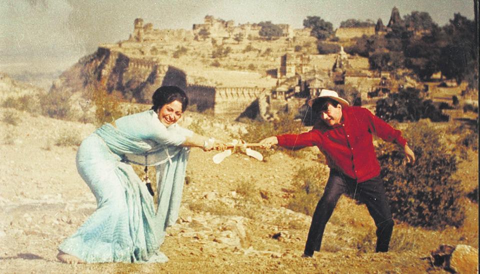 A scene from the film Guide. Rosie (Waheeda Rehman) breaks free and sings Aaj phir jeene ki tamanna hai, as Raju (Dev Anand) looks on.