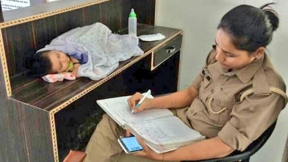 Constable at work with her baby,Viral photo,UP cops