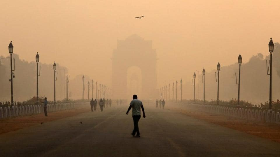 A man walks in front of the India Gate shrouded in smog in New Delhi on October 29, 2018. (Anushree Fadnavis / REUTERS)
